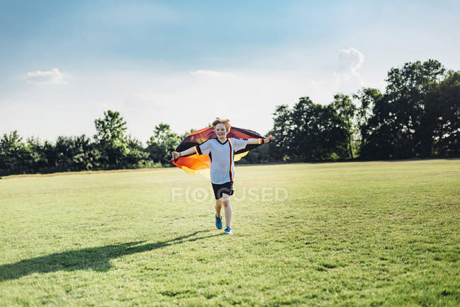 Junge, begeistert von Fußball-Weltmeisterschaft, schwenkt deutsche Flagge — Stockfoto