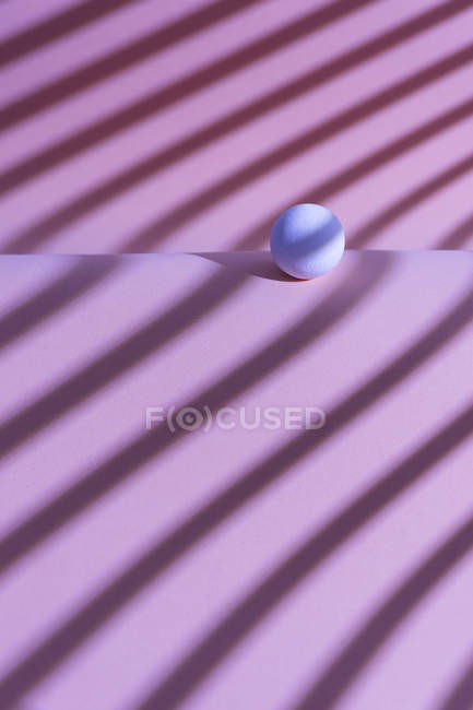 White sphere over a geometric pink background, 3D Rendering — Fotografia de Stock
