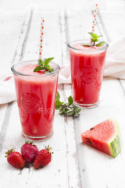 Close-up de limonada de morango e melancia — Fotografia de Stock