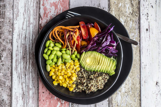 Bol de légumes de quinoa d'avocat, Edamame, tomates, maïs, chou rouge et carottes — Photo de stock