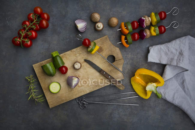 Préparation des brochettes de gril végétarien — Photo de stock