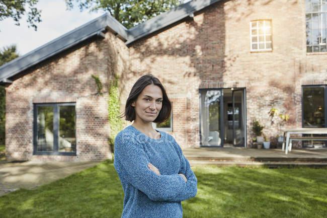 Retrato de mulher confiante no jardim de sua casa — Fotografia de Stock