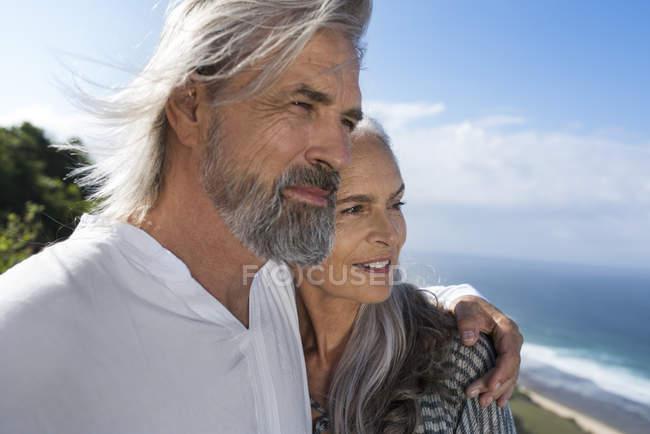 Портрет красивой пожилой пары у моря — стоковое фото