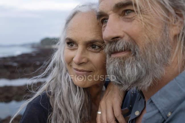 Retrato de um belo casal de idosos no mar — Fotografia de Stock