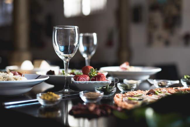 Italienische Küche, Pizza, Salate und Risotto — Stockfoto