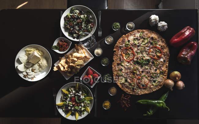 Italienische Küche, Pizza, Salate und Snacks — Stockfoto
