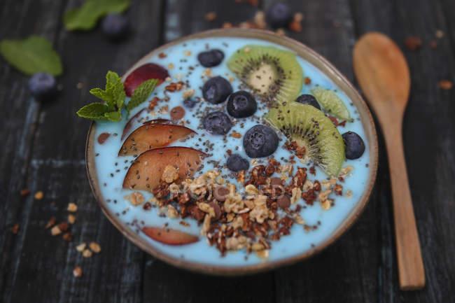 Суперпродукт коктейль чаші з насінням Чіа, чорниця, нектарин, ківі та шоколадної гранола — стокове фото