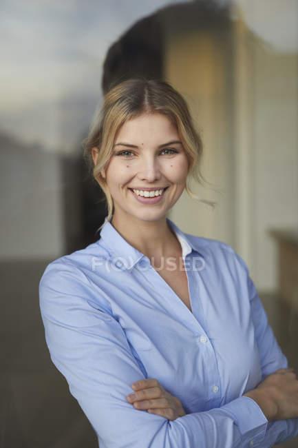 Портрет содержательной деловой женщины за оконным стеклом — стоковое фото