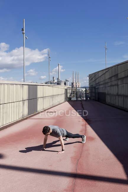 Homem esportivo exercitando ao ar livre entre paredes — Fotografia de Stock