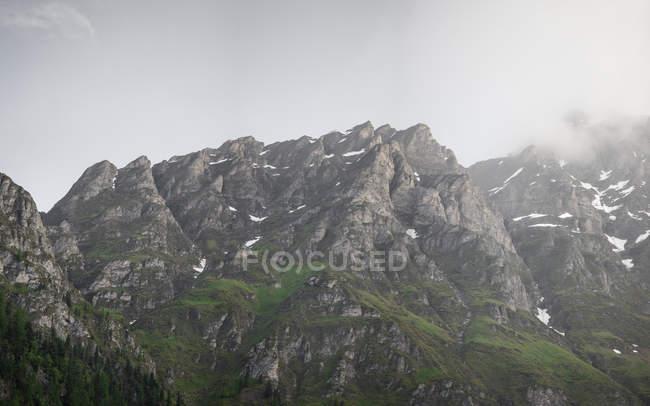 Suisse, Grisons, Samnaun, montagnes et brouillard — Photo de stock