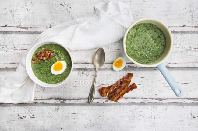 Суп из шпината с эгсгом и беконом — стоковое фото