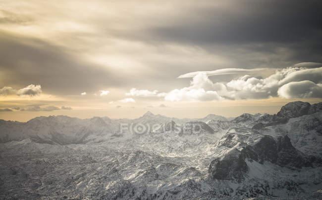 Австрия, Зальцкаммергут, массив Дахштайн на восходе солнца — стоковое фото