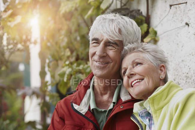Портрет посміхаючись старша пара увечері сутінки — стокове фото