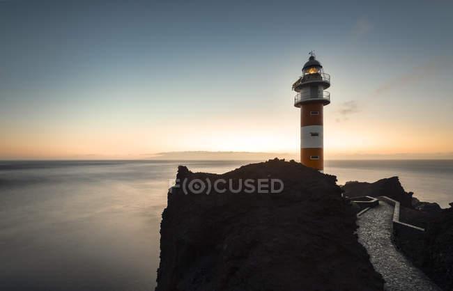 Spanien, Kanarische Inseln, Teneriffa, Punta de Teno, Leuchtturm an der Küste — Stockfoto