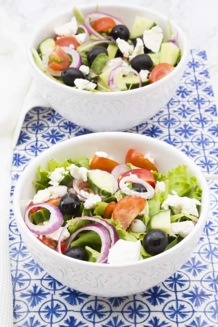 Zwei Schalen griechischer Salat auf dem Tisch — Stockfoto