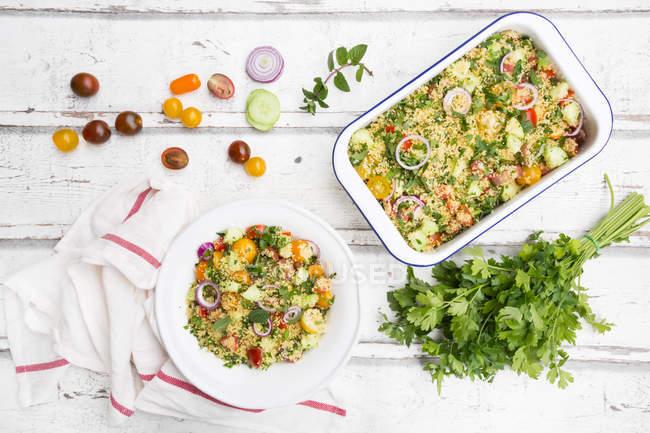 Ensalada de cuscús con tomates, pepino, perejil y menta - foto de stock