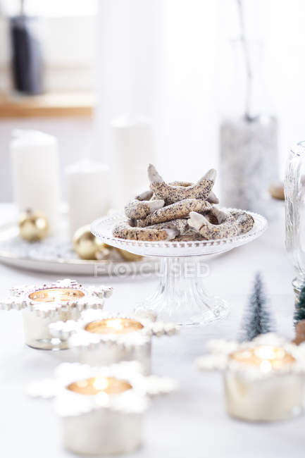 Poppy seed cookies on glass cake stand at Christmas time — Photo de stock