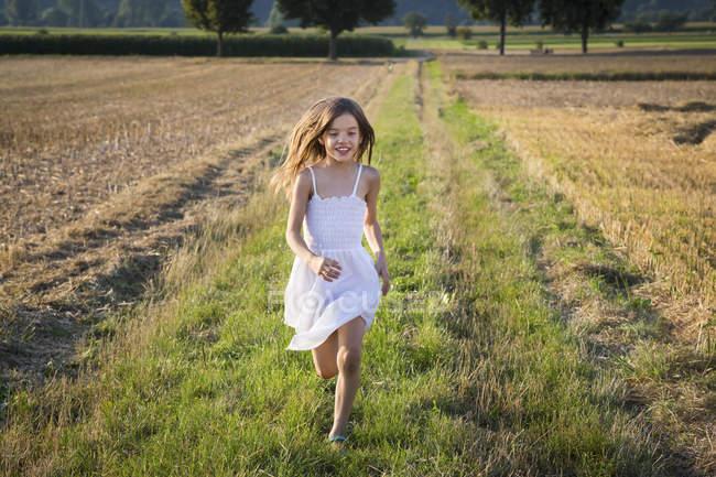 Bonne petite fille courant dans la nature — Photo de stock