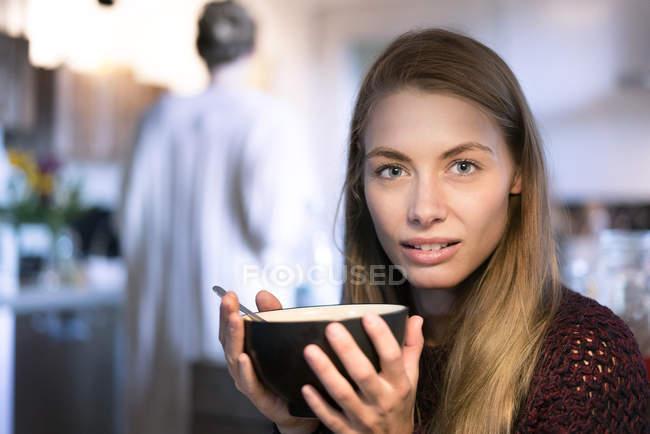Ritratto di donna bionda con ciotola in mano — Foto stock