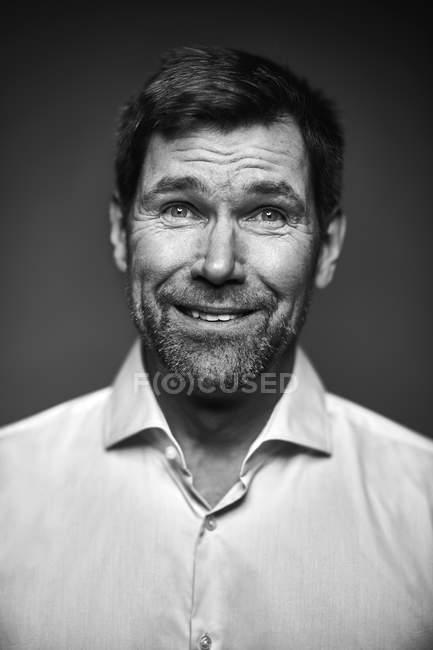 Портрет усміхненого чоловіка, чорно - білого — стокове фото