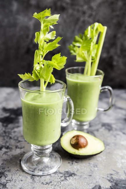 Авокадо смузи, зеленый смузи с огурцом, яблоко, сельдерей стебли — стоковое фото