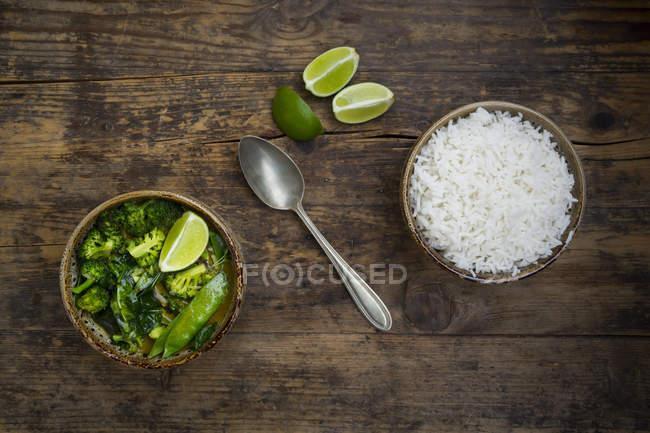 Grünes Thai-Curry mit Brokkoli, Pak Choi, Schneeerbsen, Babyspinat, Limette und Reisschale — Stockfoto