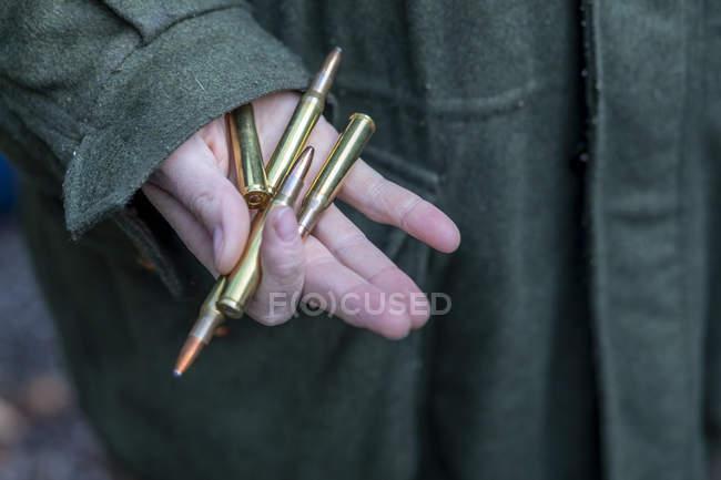 Рука мисливець Холдинг гвинтівка картриджі — стокове фото
