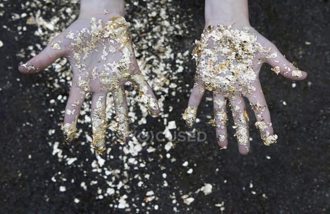 Пальмы девочки покрыты золотыми листьями — стоковое фото
