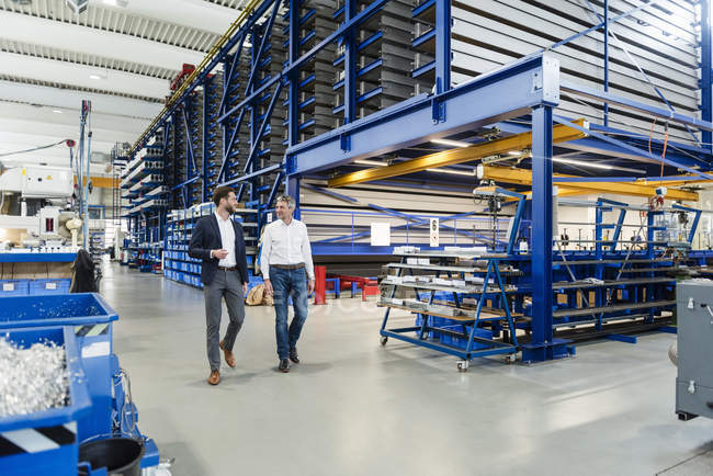 Бізнесмени під час зустрічі у виробничому залі — стокове фото