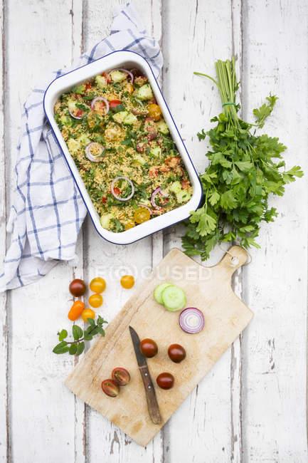 Couscous-Salat mit Tomaten, Gurken, Petersilie und Minze — Stockfoto