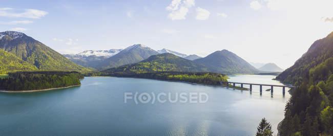 Німеччина, Баварія, Сівенштайн Дамба, вид на гори Карвендель в Австрії — стокове фото
