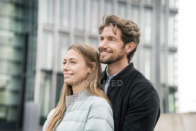 Portrait de couple souriant dans la ville — Photo de stock