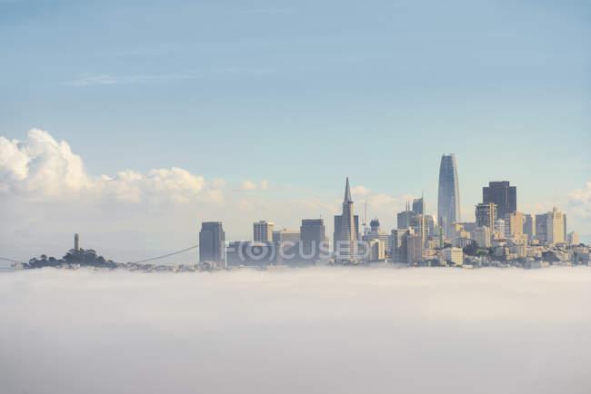 EUA, Califórnia, São Francisco, cidade no nevoeiro da manhã — Fotografia de Stock