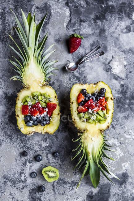 Sliced ananas with fruits, kiwi, strawberry and blueberry — Stock Photo
