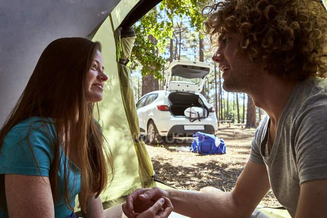 Усміхнена молода пара в наметі — стокове фото