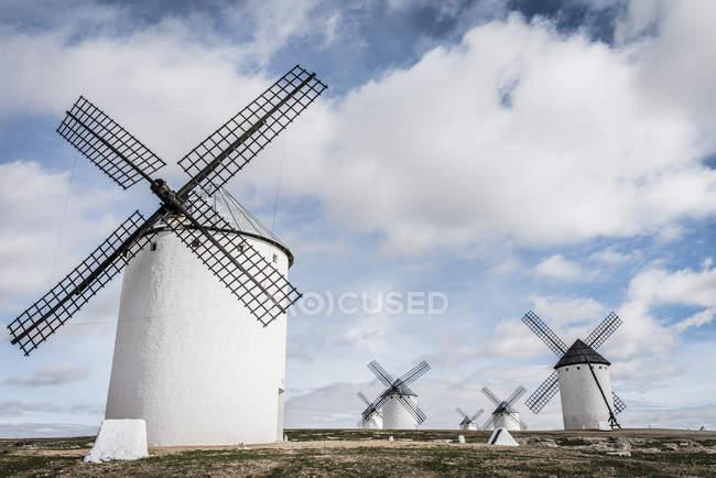 España, Castilla-La Mancha, Campo de Criptana, molinos de viento - foto de stock