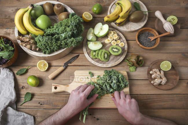 Homme préparant vert smoothie coupe chou frisé — Photo de stock