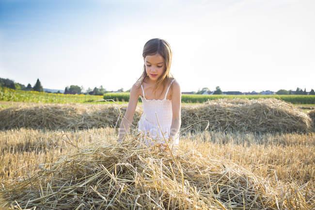 Маленькая девочка, стоящая в пустом поле — стоковое фото