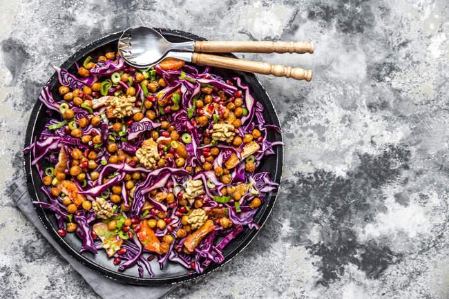 Wintersalat, Rotkohl, geröstete Kichererbsen, Blutorange, Frühlingszwiebeln und Walnuss — Stockfoto