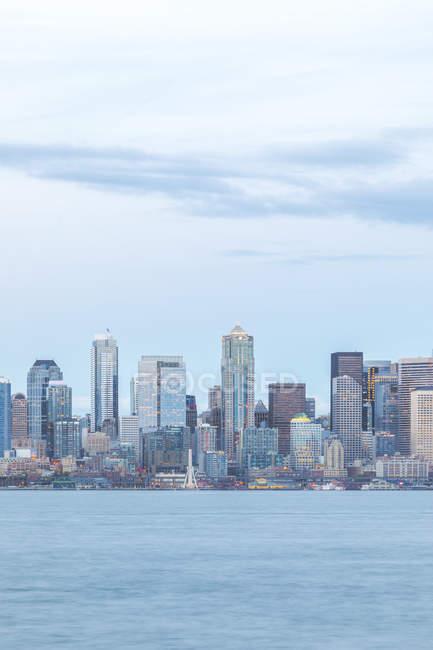 États-Unis, État de Washington, Seattle, Skyline dans la soirée — Photo de stock