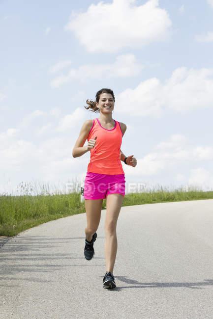 Молодая женщина бегает на улице — стоковое фото