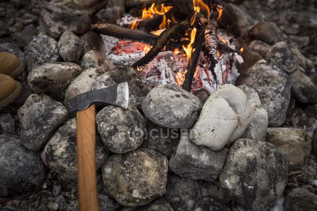 Топор и костер с камнями — стоковое фото