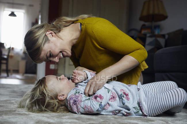 Мати і маленька дочка весело разом вдома — стокове фото