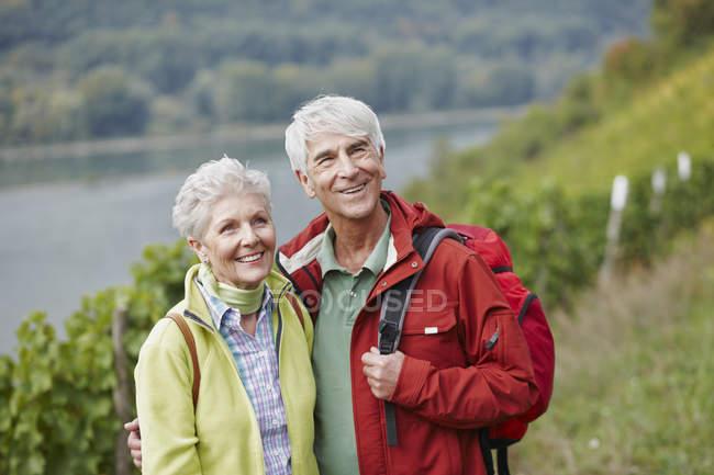 Deutschland, rheingau, glückliches seniorenpaar wandern — Stockfoto
