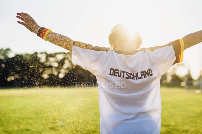 Torcendo menino vestindo camisa de futebol com a Alemanha escrito nas costas — Fotografia de Stock