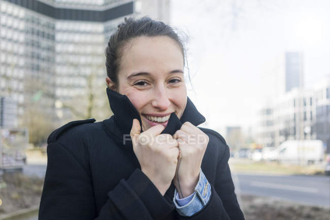 Deutschland, Essen, Porträt einer frierenden jungen Frau — Stockfoto