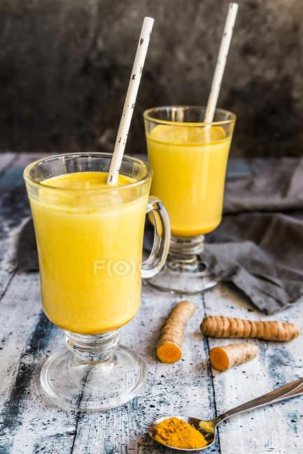 Zwei Gläser Curcuma-Milch — Stockfoto