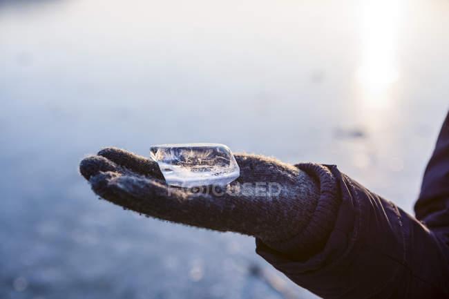 Рука с кусочком льда — стоковое фото