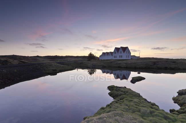 Island, Straumur, Reihenhäuser im Abendlicht — Stockfoto