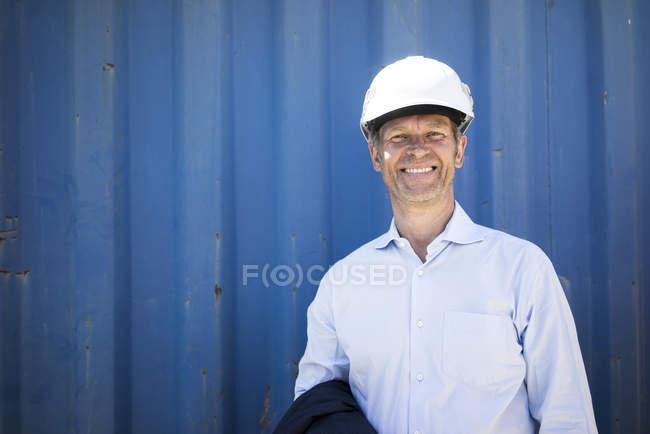 Портрет усміхненого чоловіка у сорочці та капелюсі. — стокове фото